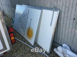Remorque D'exposition, Double Essieu, Panneaux D'affichage Latéraux, Panneau Solaire Et Prise De Courant